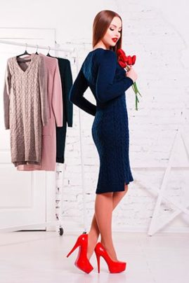 темно синее вязаное платье