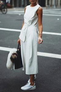 Белые брюки кюлоты с белой майкой фото