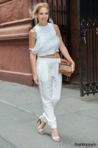 Белые спортивные штаны с босоножками - фото