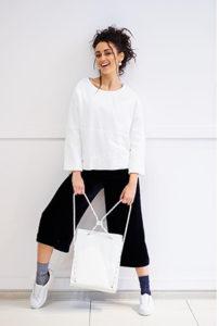 Чёрные брюки кюлоты с белок кофточкой фото