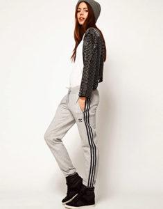 Спортивные штаны с вертикальными полосами по бокам - фото