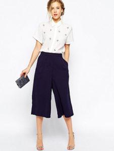 Черные брюки кюлоты со светлой рубашкой фото