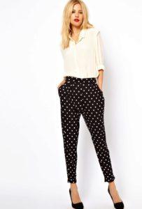 Чёрные с белым горошком укороченные брюки фото
