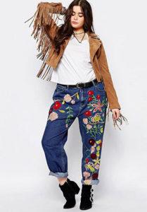 Яркие джинсы бойфренды фото