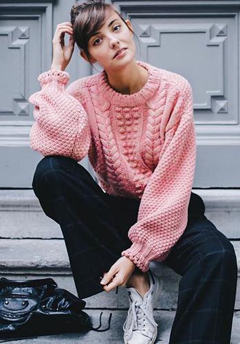 Розовый свитер оверсайз фото