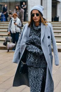 Стильное серое пальто оверсайз фото