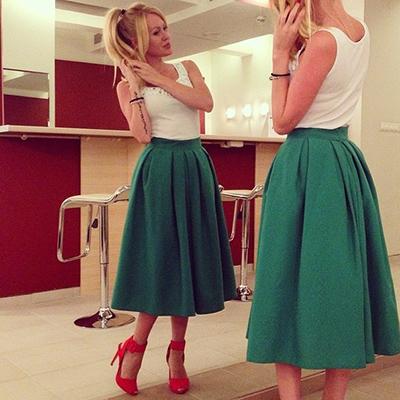 Длинная зелёная юбка под красные босоножки фото