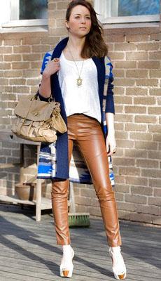 Кожаные штаны коричневого цвета фото