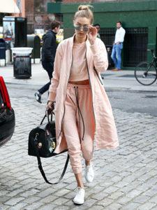 Розовые спортивные штаны на резинке - фото