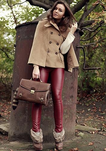 Кожаные брюки бордового оттенка фото