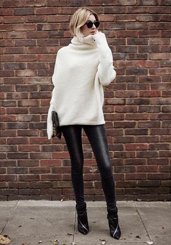 Кожаные брюки под светер оверсайз фото