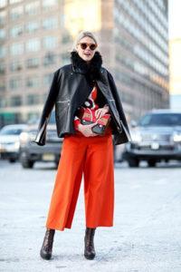 Красные брюки кюлоты с чёрной кожанной курткой фото