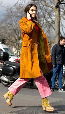 Яркие кожаные брюки фото
