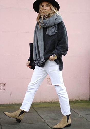 Широкий свитер под белые брюки фото