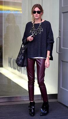 Фиолетовые кожаные брюки фото