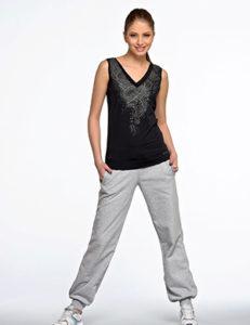 Серые спортивные штаны с чёрной майкой - фото