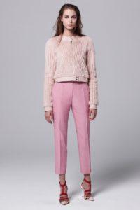 Розовые укороченные брюки фото