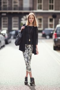 Светлые укороченные брюки фото