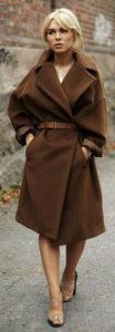 Коричневое пальто оверсайз фото