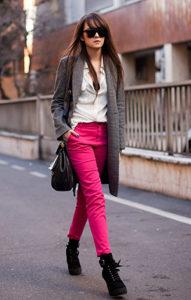 Яркие розовые спортивные брюки - фото