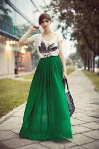 Длинная зелёная юбка с футболкой фото