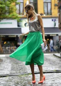Зелёная юбка миди с майкой фото