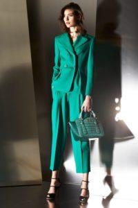 Зелёный брючный костюм фото