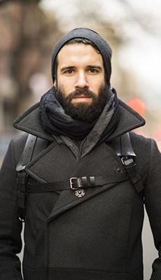 Тёмное мужское пальто фото