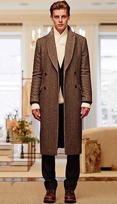 Коричневое длинное мужское пальто фото