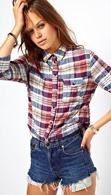 Клетчатая рубашка заправленная в шорты фото