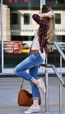 Рубашка в клетку под светлые джинсы фото