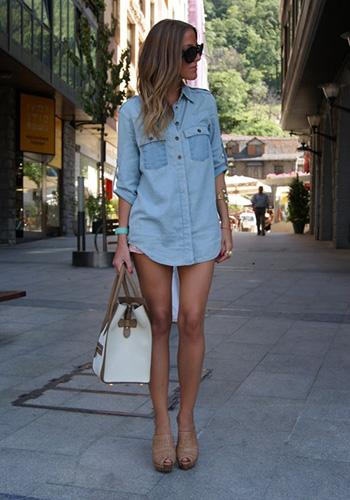 Светлая джинсовая рубашка фото