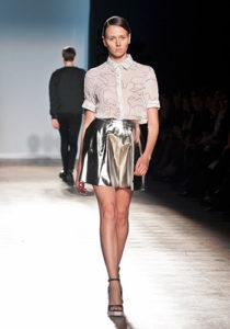 Серебряная мини-юбка фото