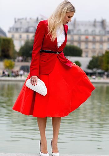 Яркая красная юбка фото