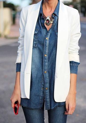 Белый пиджак с джинсовой рубашкой фото