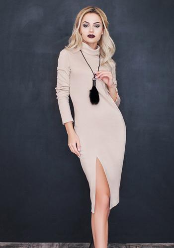Платье-лапша бежевого цвета фото
