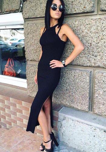 Длинное чёрное платье-лапша с разрезом фото