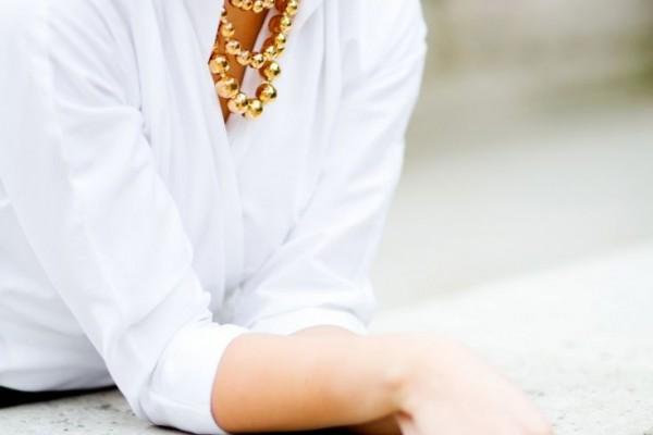 Бусики под рубашку белого цвета фото