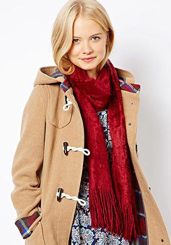 Красный палантин под пальто с капюшоном фото