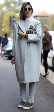Длинное светлое пальто-кокон фото