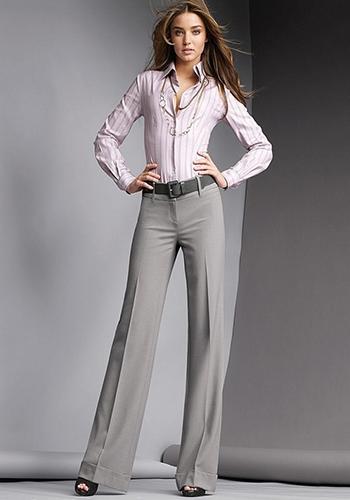 Классические расклешённые серые брюки фото