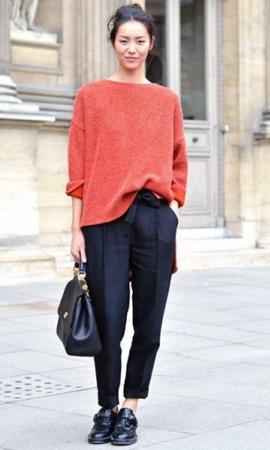 Красный свитер под чёрные брюки фото