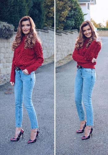 Красный джемпер под голубые джинсы фото