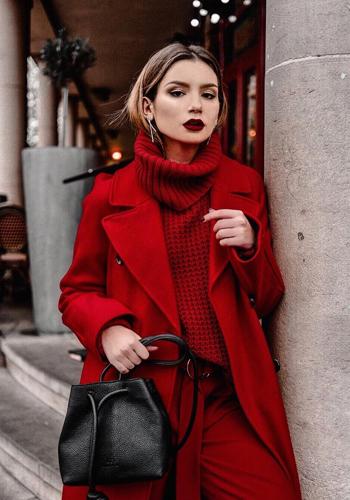 Стильный свитер красного цвета фото