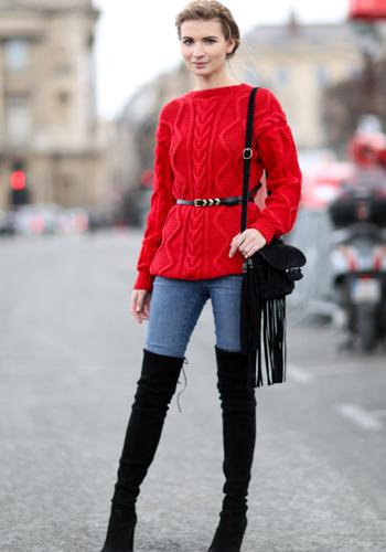 Красный джемпер под ботфорты фото