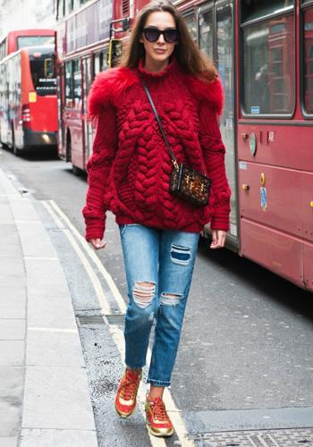 Модный красный джемпер фото