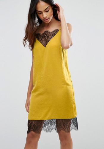 Платье бельевого стиля жёлтого цвета фото
