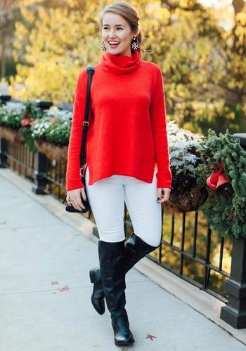 Красный свитер под светлые брюки фото