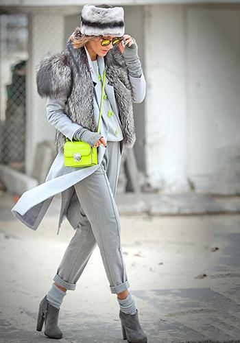 Серые брюки под салатовую сумку фото