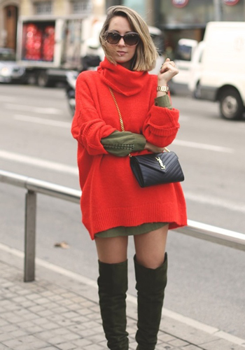Длинный красный пуловер фото